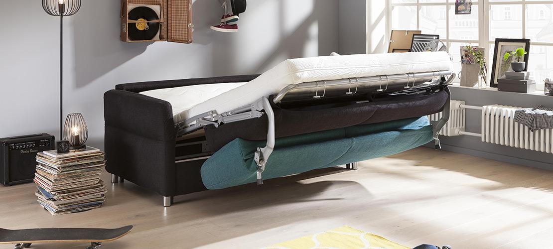 Schwarzes Schlafsofa mit farbigen Kissen - Mobile Rödental