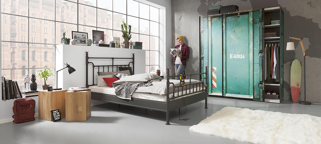 Modernes Schlafzimmer mit Metallbett - Mobile Rödental