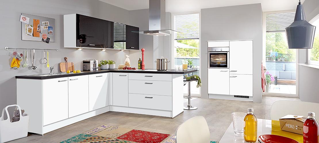 Weiße Familienküche inklusive Elektrogeräte von Bauknecht   Küchenarena Rödental