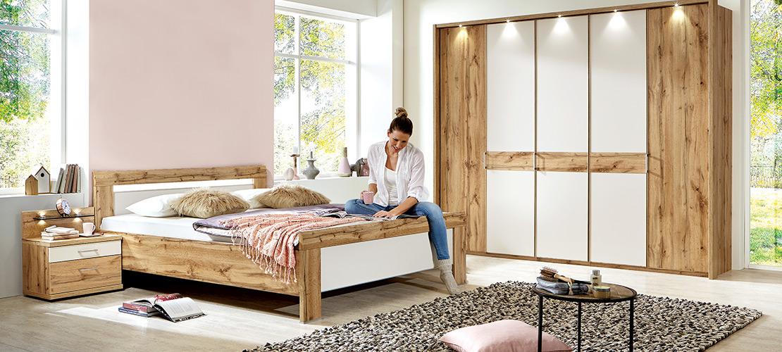 Schlafzimmer   Doppelbett - 5-türiger Kleiderschrank - Nachtkonsolen