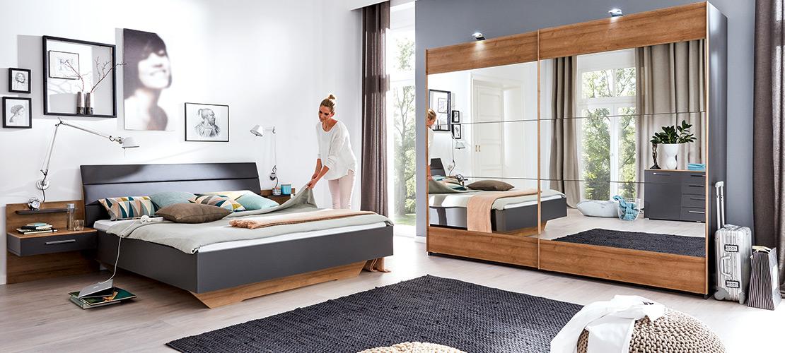 Elegantes Schlafzimmer mit Schwebetürenschrank, Komfortbett und Nachttischen