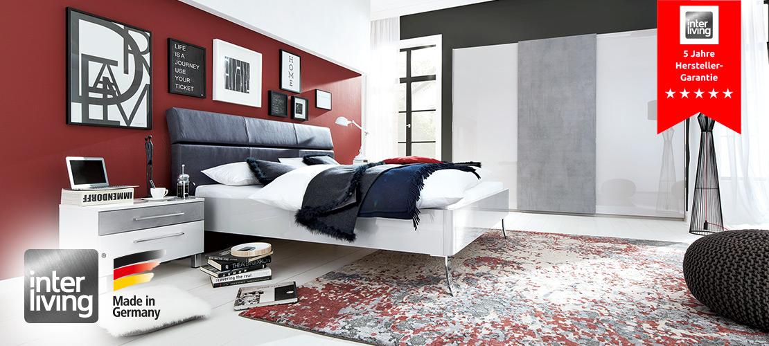 Interliving Schlafzimmer Serie 1003   Kristall Grau Hochglanz, mit Absetzung in Betonoptik.